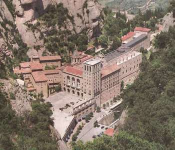Монтсеррат. Монастырь со всех сторон окружен горами