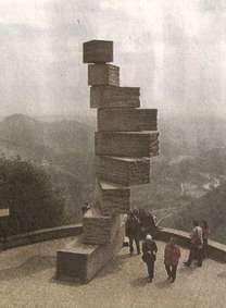 Монумент, символизирующий устройство мира