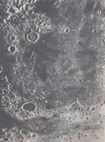 Фотография участка лунной поверхности в области Моря Дождей
